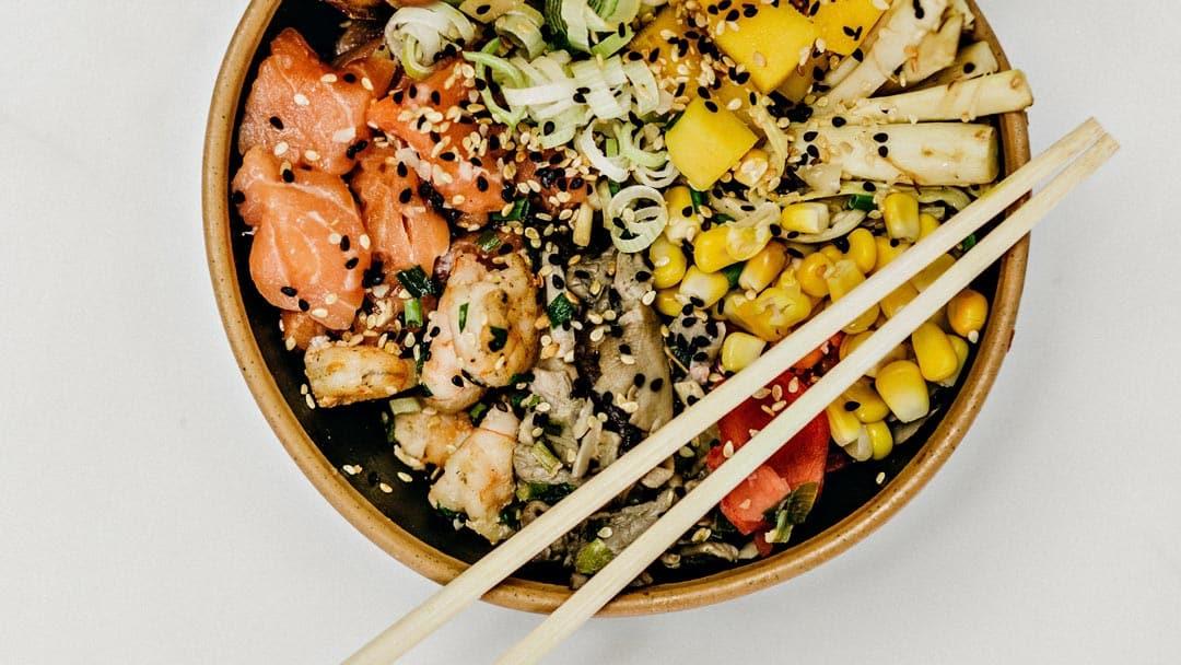 Салат с копченым лососем и картофелем с ароматной заправкой: рецепт | 608x1080