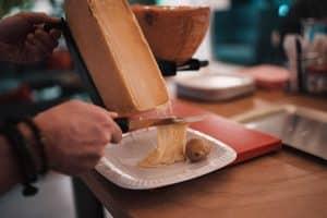 Raclette, un plato de queso suizo para disfrutar en compañía
