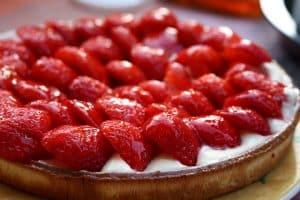 Tarta de chocolate blanco con fresas