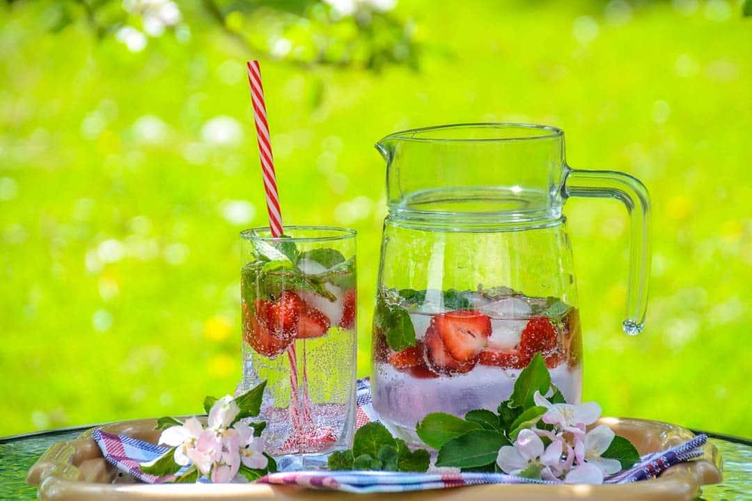 Agua saborizada con fresas y menta