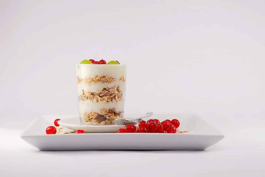 Desayuno con muesli y frutas