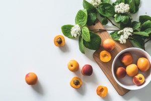 Nectarinas y albaricoques con flores