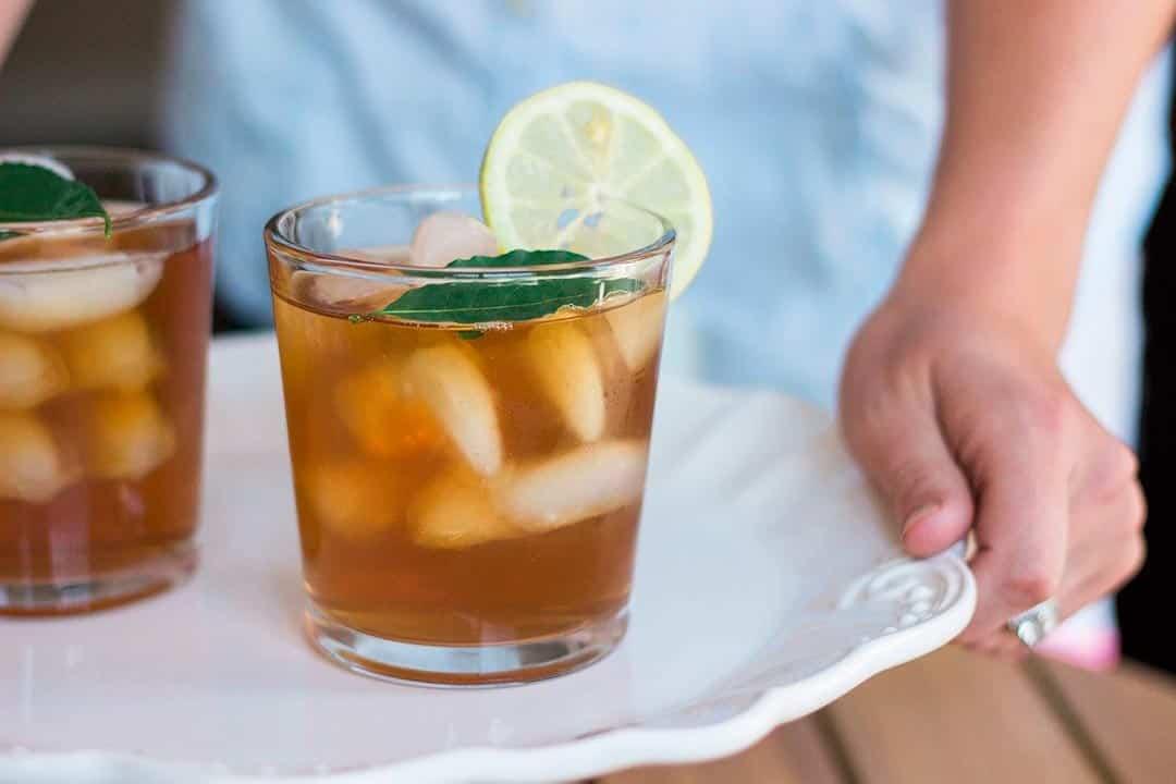 Té helado con limón, una de las infusiones frías para el verano