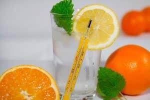 Agua con citricos y termómetro