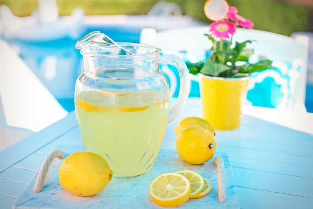 Beber agua con limón por las mañanas: beneficios y contraindicaciones