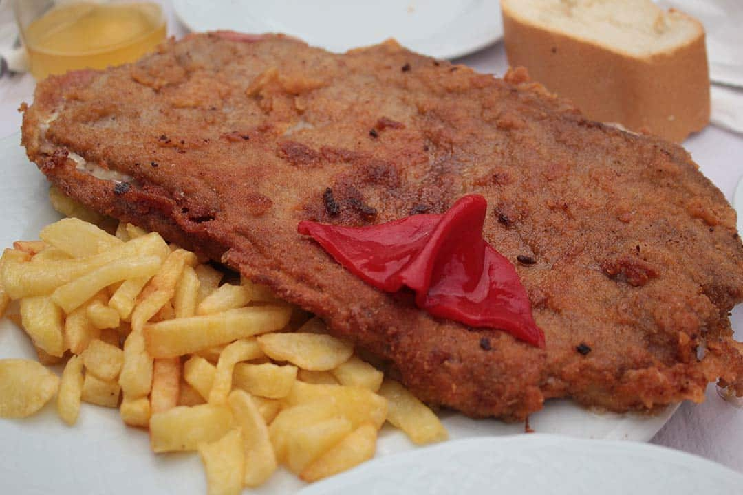 Cachopo asturianocon patatas y pimiento