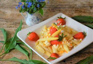 Espárragos blancos frescos con vinagreta de fresas