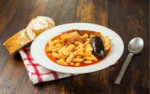 Fabada asturiana casera, típica de la gastronomía en Asturias