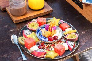 Plato con frutas de verano