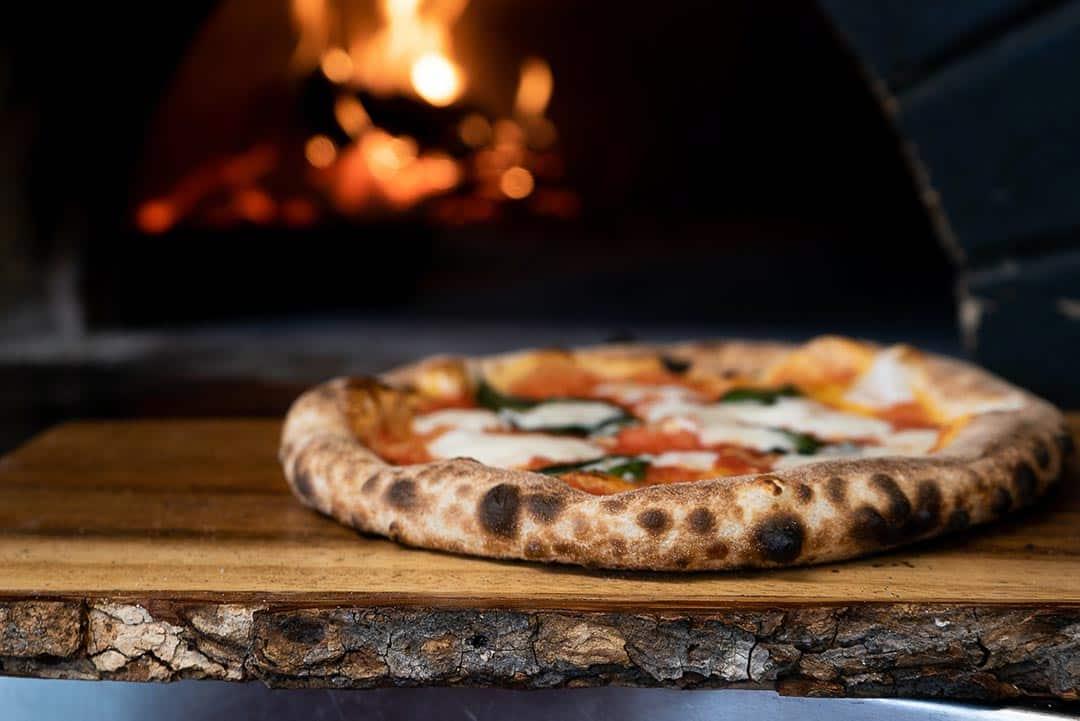 Pizza en horno de leña