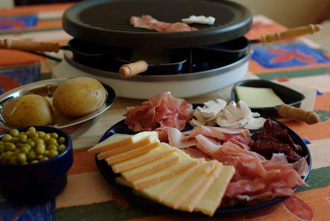 Raclette doméstica y los ingredientes