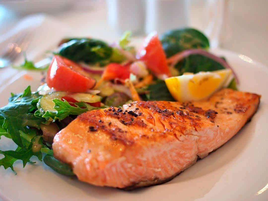 Plato de salmón con ensalada