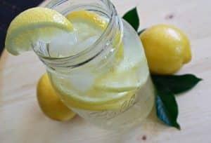 Vaso para beber agua con limón