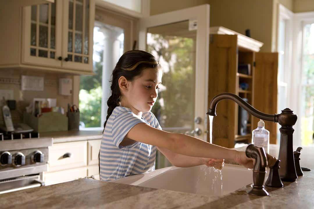 Lavarse las manos para evitar contaminación cruzada