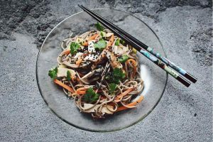 Ensalada de fideos de alforfón con tofu