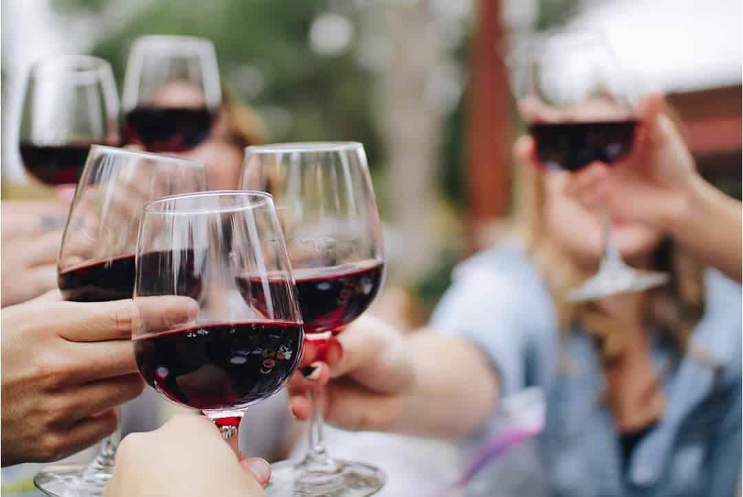 Brindis con vino convencional