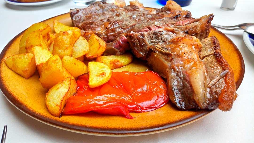 Chuletón con patatas y pimientos, cultura gastronómica en País Vasco