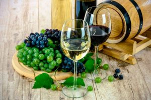 Copas de vino y uvas de la gastronomía aragonesa