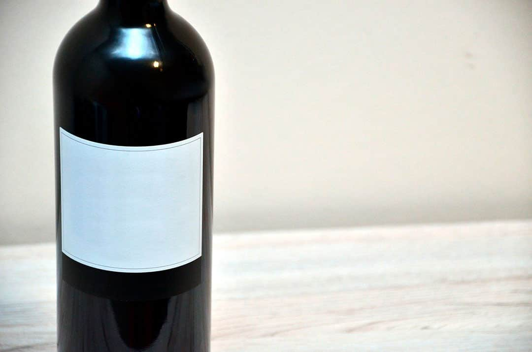Etiqueta blanca en botella