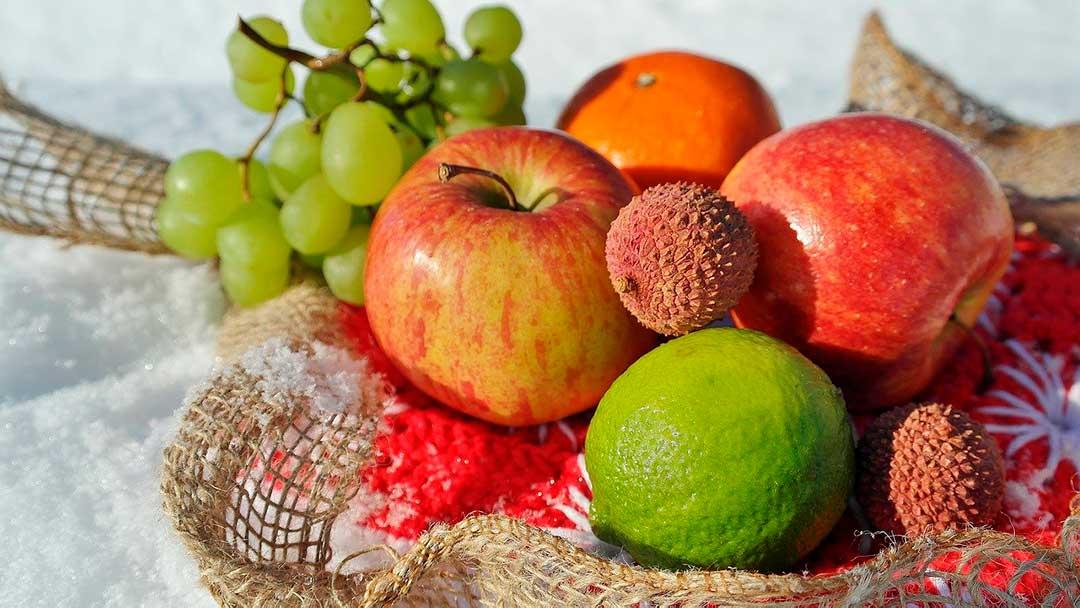 Fruta de invierno: limones, manzanas, uvas y madroños