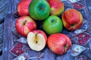manzanas verdes y rojas, frutas de temporada para comer en noviembre