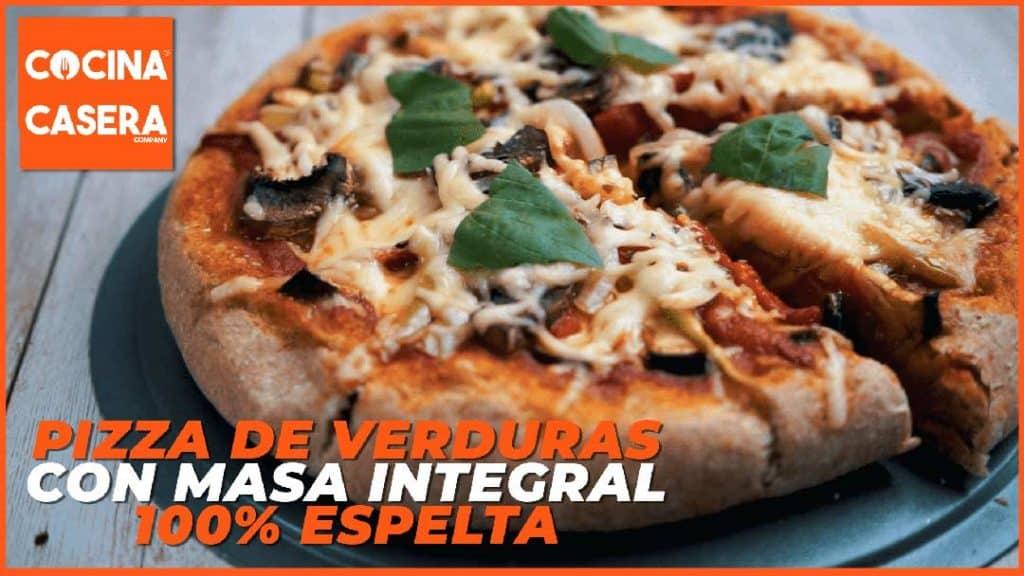 Pizza casera de verduras con masa de harina integral de espelta