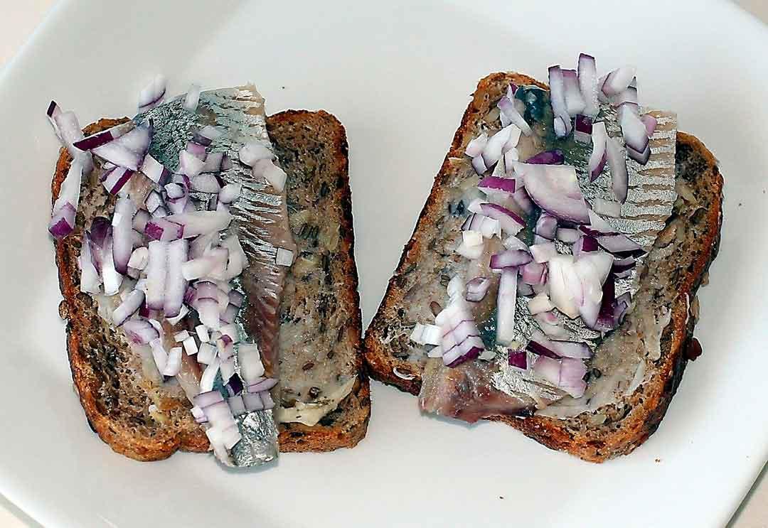 Arenque con cebolla y pan, típico de la gastronomía de Países Bajos