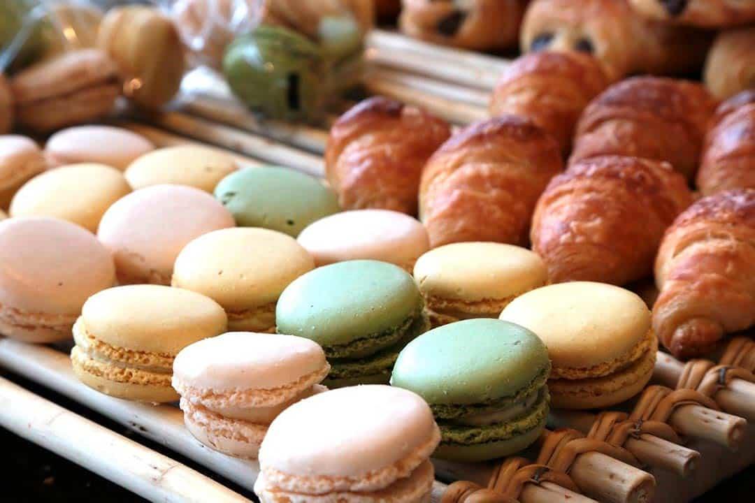 macarons y croissants franceses