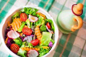 Ensalada con verduras de temporada de primavera