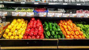 Tipos de pimientos en un supermercado