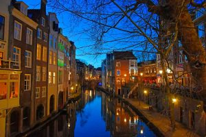 Canal en Utrecht por la noche