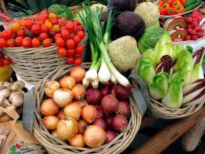 Verduras de primavera en el mercado