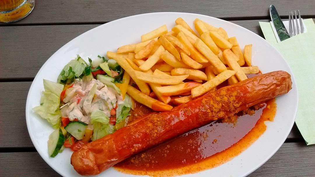 Plato de currywurst para comer en Berlín