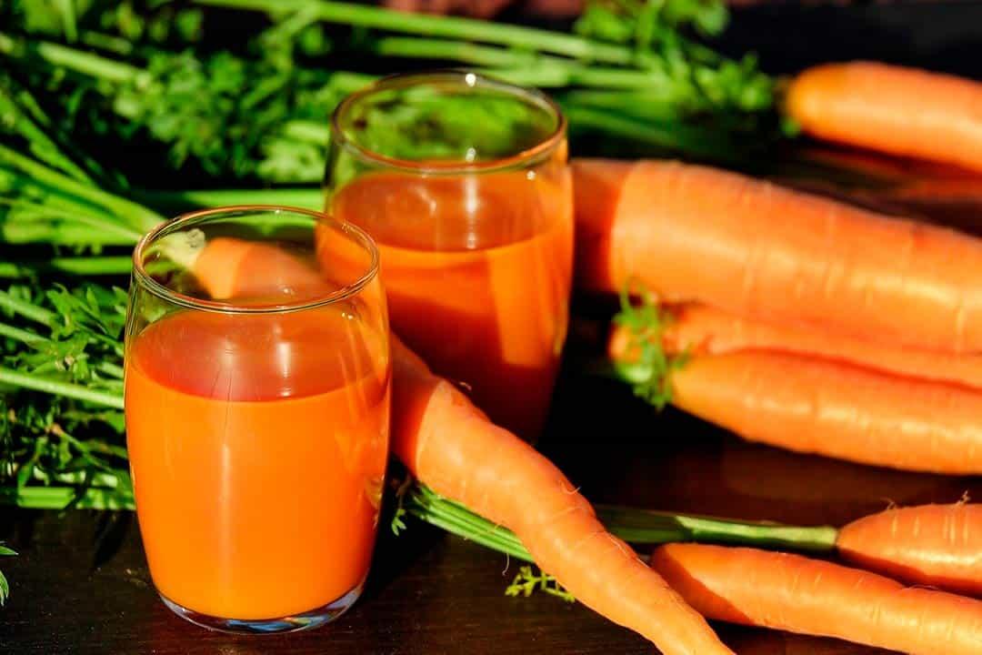Zumo de zanahorias, una de las verduras de temporada de verano