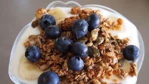 Granola con yogur y arándanos